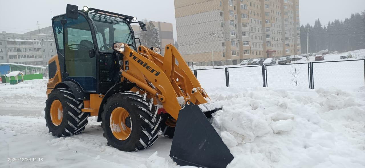 Уборка дорог от снега с помощью высокообъёмного ковша