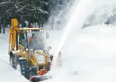 Уборка дорог от снега с помощью роторного снегометателя с гидроприводом