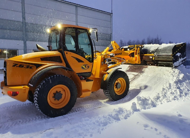 Уборка дорог от снега с помощью телескопического отвала